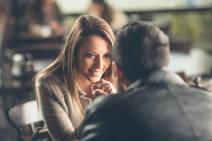 Que hay detrás de las mujeres que coquetean con hombres comprometidos?    Familias