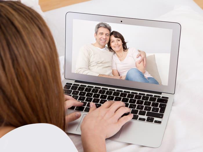 любит общаться по скайпу девушками полукруге, образованном