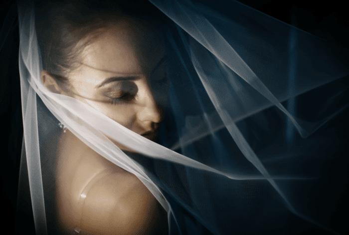 Sonar con mujer vestida de blanco embarazada